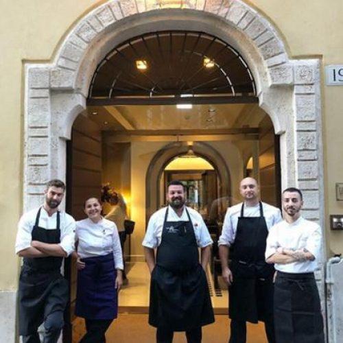 Lo staff di cucina davanti a Emme Restaurant